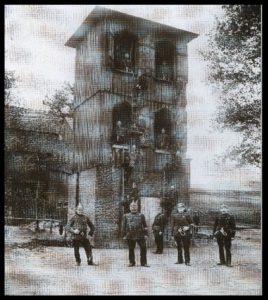 Dieses Bild zeigt die Kameraden der Freiwilligen Feuerwehr Beutha bei einer Leiterübung (Hakenleiter) am Steigerturm.